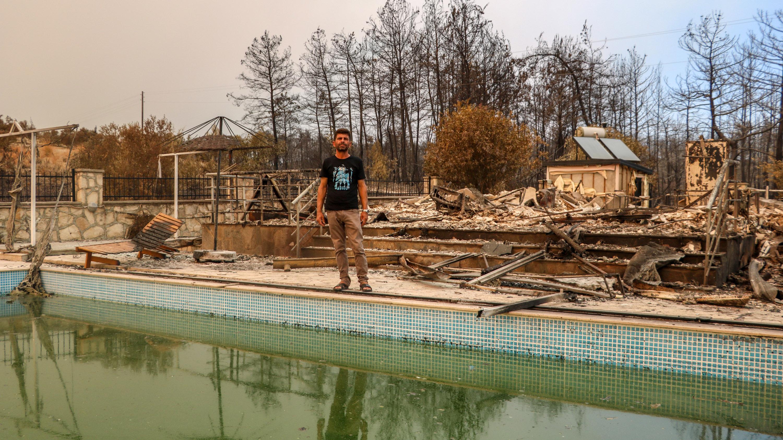 6 kişilik aile yangından havuza girerek kurtuldu