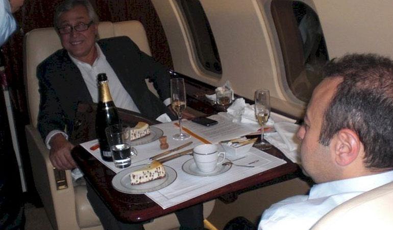 Ali Bayramoğlu'ndan Egemen Bağış'la fotoğrafıyla ilgili açıklama: Uçak devletin, şarap bakanın ikramı
