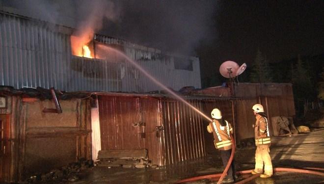 Arnavutköy'de izolasyon malzemesi üreten fabrikada yangın