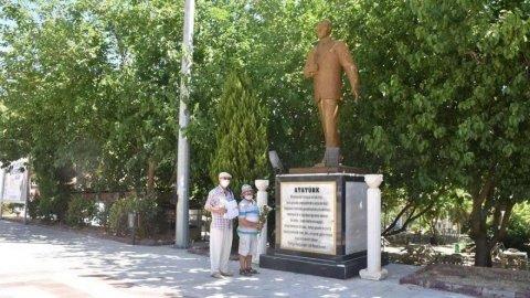 Atatürk anıtına çiçek bırakmak Kabahatlar Kanunu'na aykırıymış!