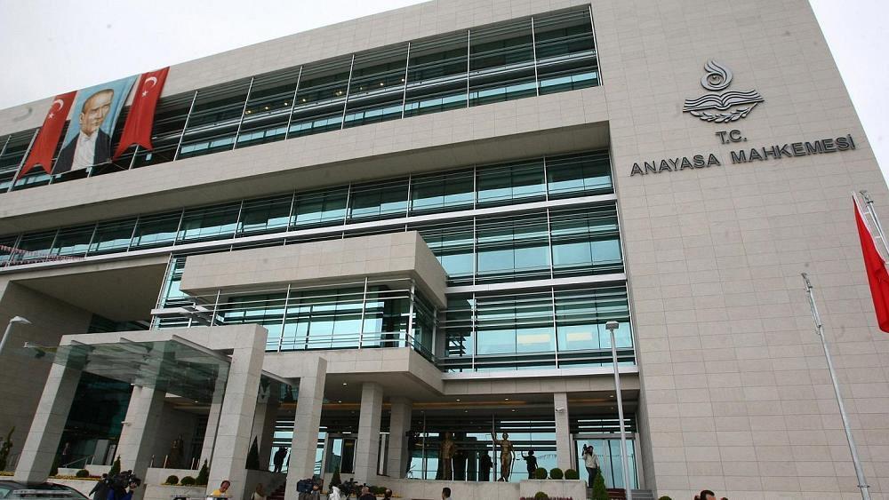 AYM basın yayın kuruluşlarını kapatan KHK maddesini iptal etti