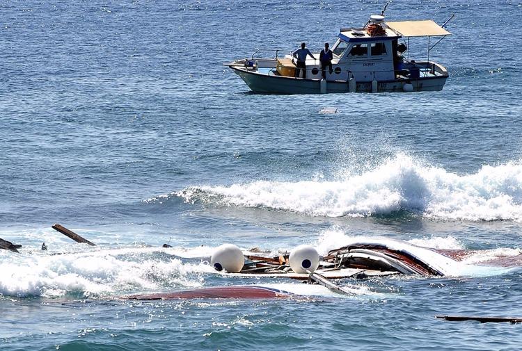 Ayvalık'ta mültecileri taşıyan bot battı