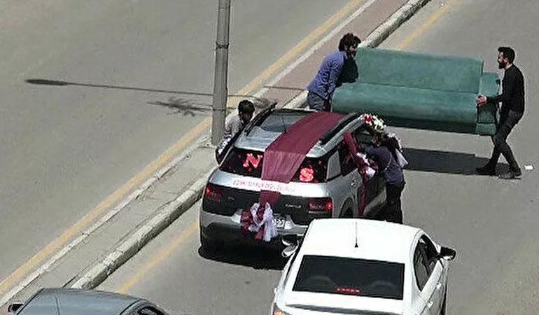 Bahşiş için düğün arabasının önünü çekyatla kestiler