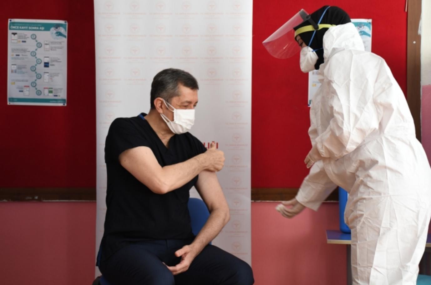 Bakan Selçuk koronavirüs aşısı oldu: Öğretmenlere aşı uygulaması başladı