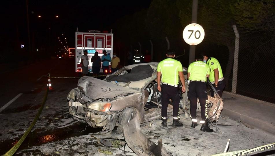Bariyerlere çarpan otomobil alev aldı: 1 ölü, 1'i ağır 3 yaralı