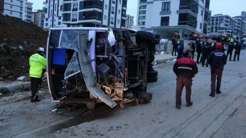 Belediyenin işçi servisi aracı devrildi: 2 ölü, 20 yaralı