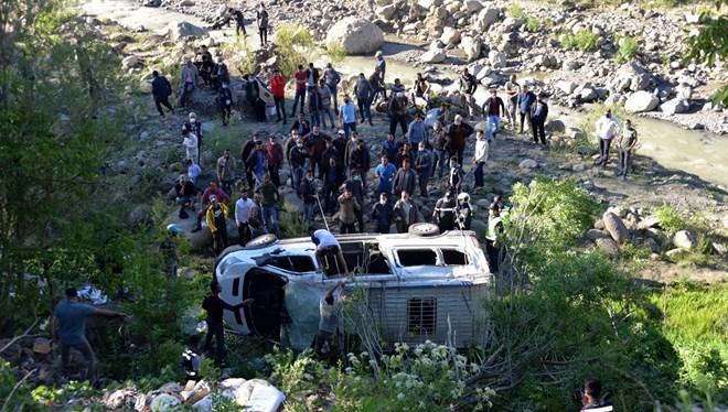 Bingöl'de yolcu minibüsü şarampole devrildi: 16 yaralı