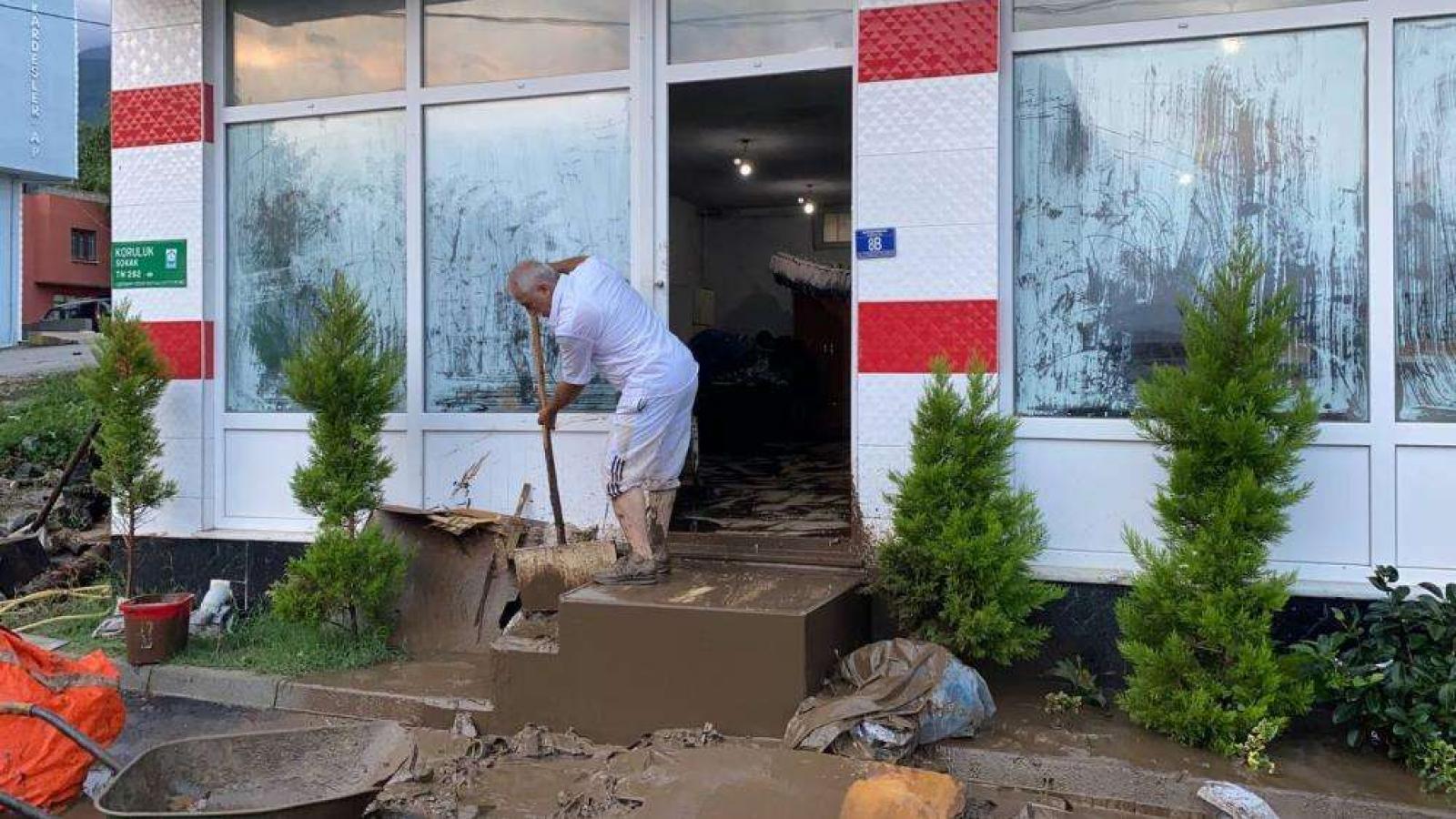 Bursa'da sel faciası: Birçok ev ve iş yerini su bastı