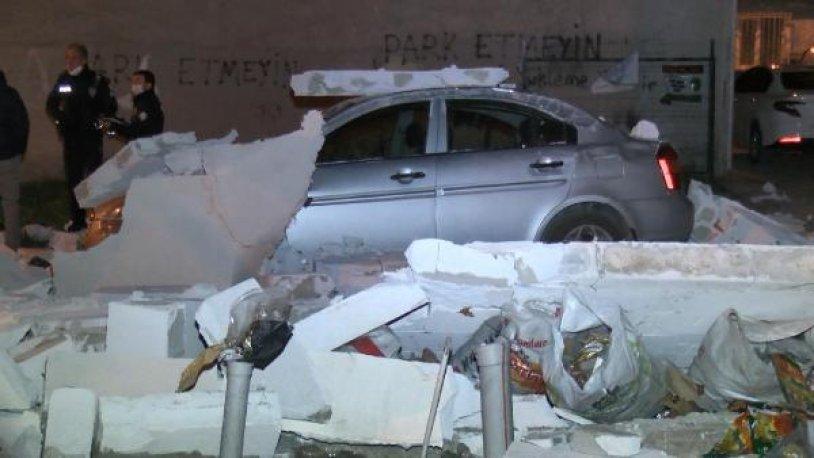 Bursa'da şiddetli rüzgar: Duvar, otomobilin üzerine yıkıldı