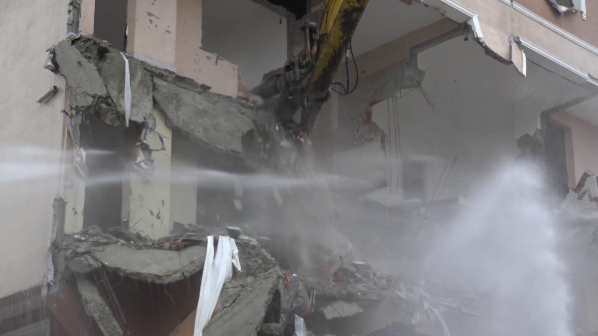 Büyükçekmece'de depremde hasar alan 3 bina yıkıldı