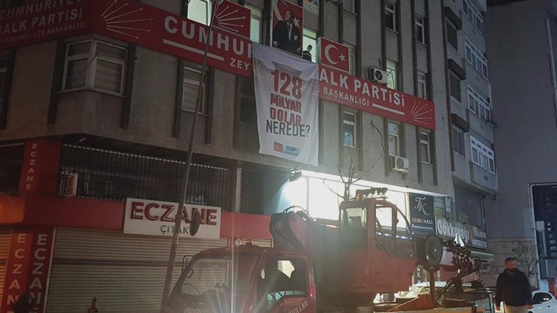 CHP binalarına asılan '128 milyar dolar' afişleri toplatıldı