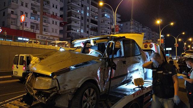 """Diyarbakır'da """"makas"""" kazası: 2 ölü, 8 yaralı"""