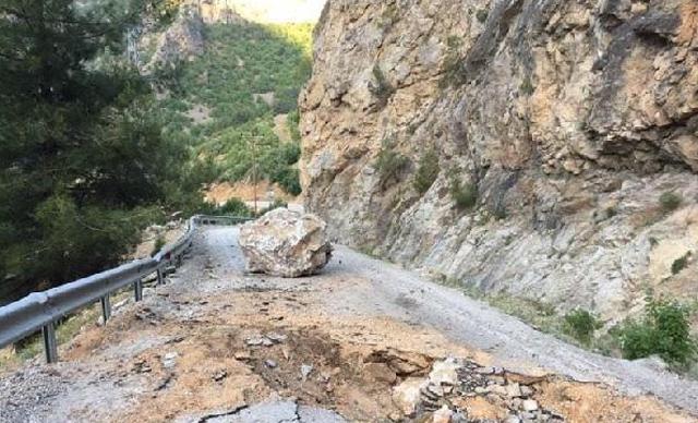 Düşen kayalar nedeniyle 6 mahallenin ulaşımı kesildi