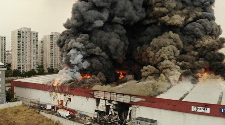 Esenyurt'ta fabrika deposunda yangın: Patlama sesleri duyuldu