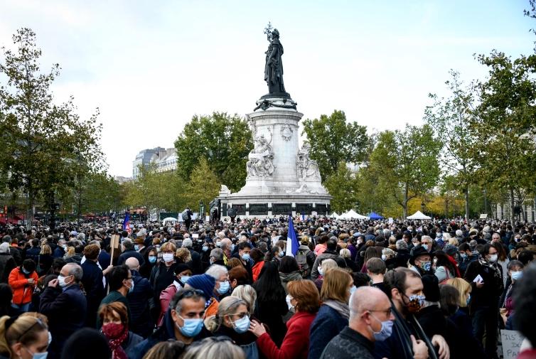 Fransa'da başı kesilen öğretmen için protesto