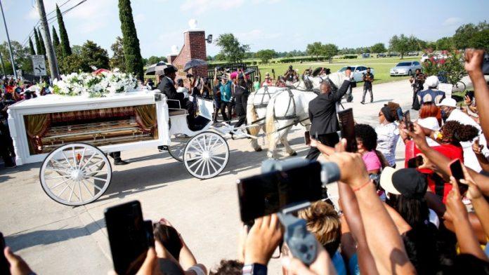 George Floyd'u binlerce kişi son yolculuğuna uğurladı