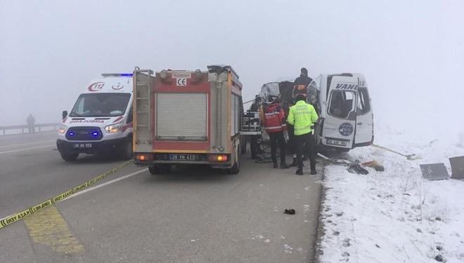 Hakkari'de yolcu minibüsü TIR'la çarpıştı: 4 ölü, 5 yaralı
