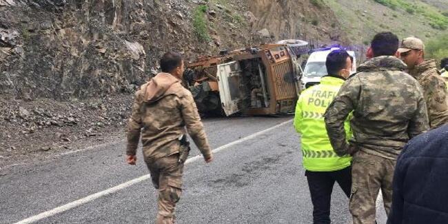 Hakkari- Van yolunda askeri araç devrildi: 3 asker yaralı