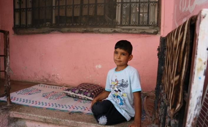 Hatay'da çöpten atık toplayan Suriyeli engelli çocuğa yardım