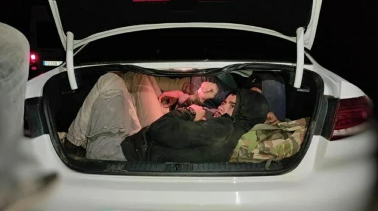 İki otomobilde 29 kaçak göçmen yakalandı