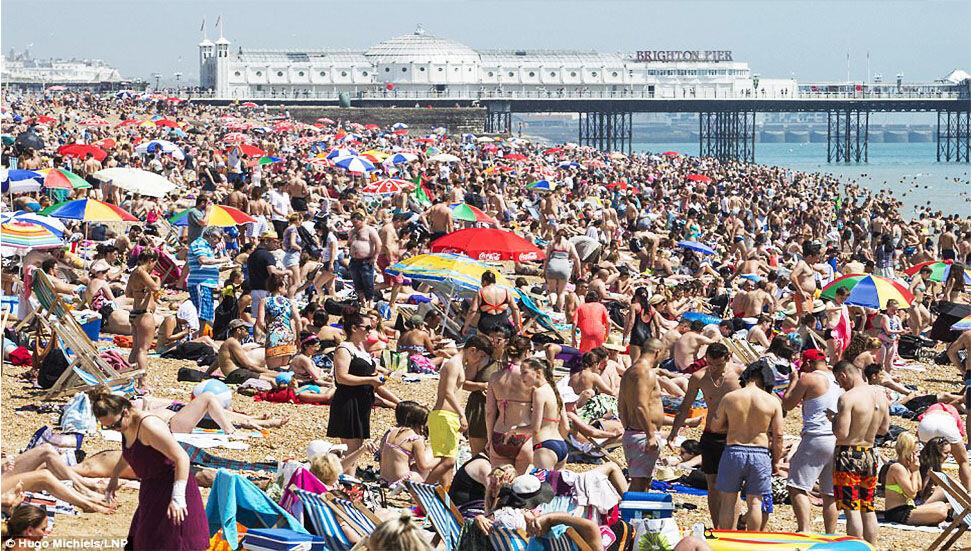 İngiltere'de yılın en sıcak gününde binlerce kişi denize akın etti