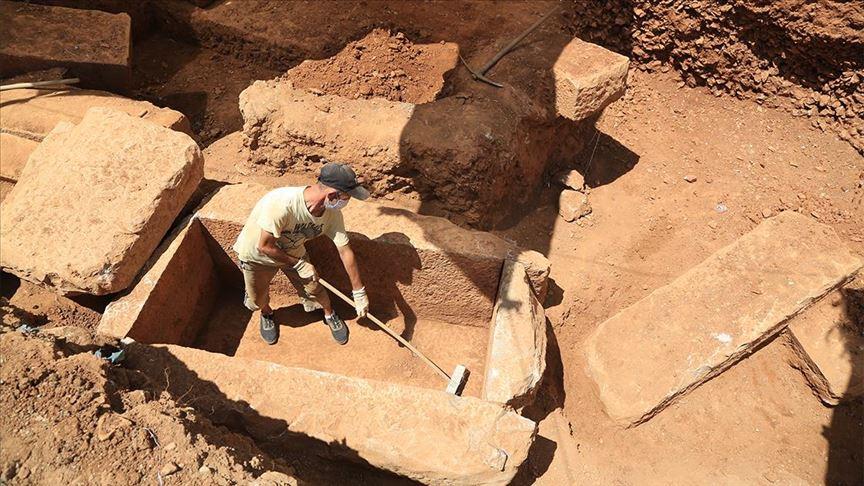 İnşaatın temel kazısında 2 bin 400 yıllık mezarlar bulundu