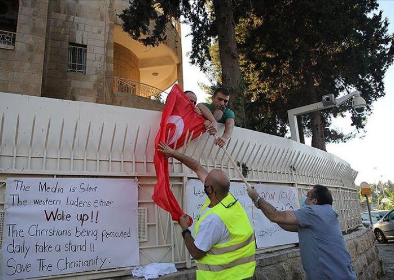 İsrail'de Türk bayrağını yaktılar!