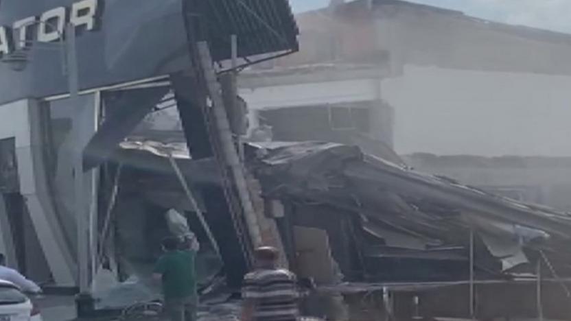 İstanbul'da sanayi sitesinde bir bina çöktü