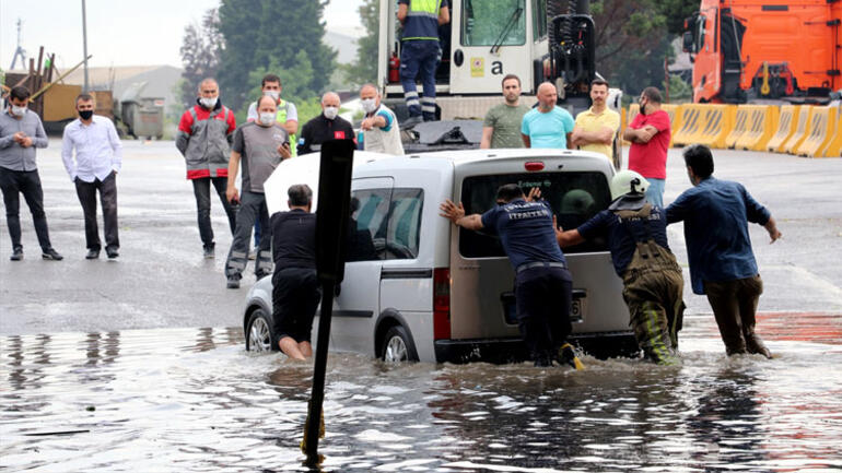 İstanbul'da şiddetli yağıştan ev ve iş yerlerini su bastı