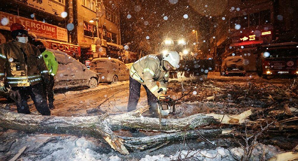 İstanbul'da yoğun kar yağışı: Bazı bölgelerde ağaçlar devrildi