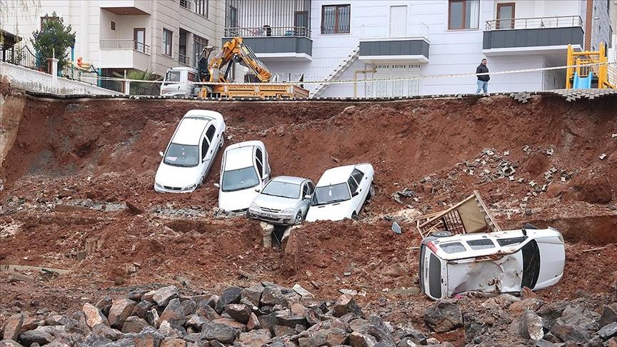 İstinat duvar çöktü, 6 araç inşaata düştü