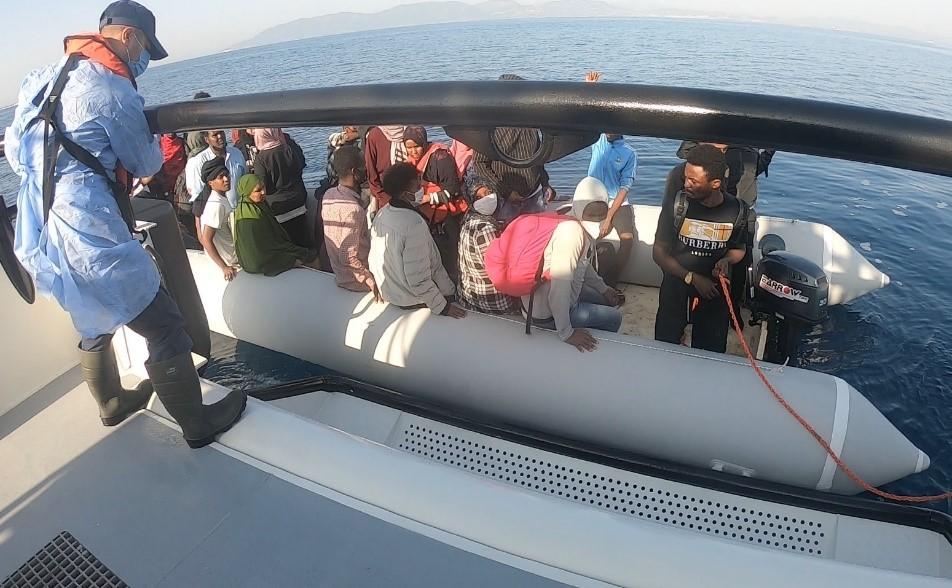 İzmir açıklarında 166 kaçak göçmen kurtarıldı