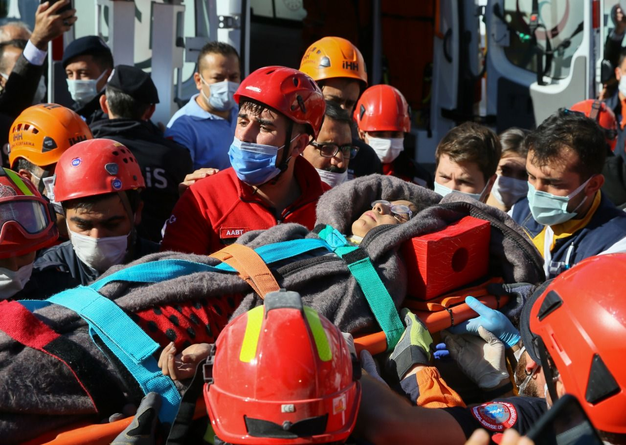 İzmir'de 65 saat sonra 14 yaşındaki Elif Perinçek canlı olarak kurtarıldı