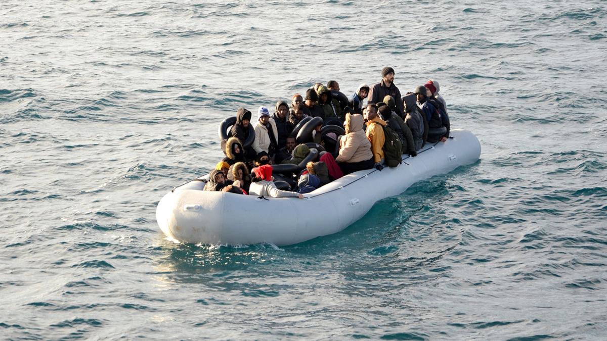 İzmir'de içinde göçmenlerin olduğu bot battı: 3 kişi yaşamını yitirdi
