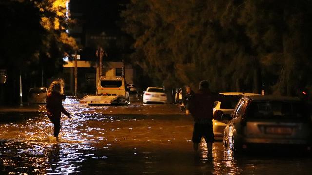 İzmir'de sağanak yağış denizi taşırdı: 2 kişi hayatını kaybetti