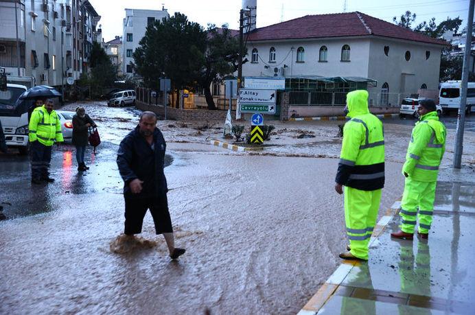 İzmir'de sel sebebiyle 2 kişi hayatını kaybetti