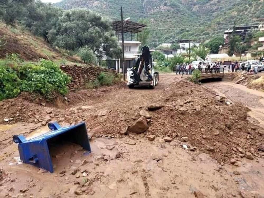 İzmir'i sağanak vurdu: Dere ve çaylar taştı, araçlar sürüklendi
