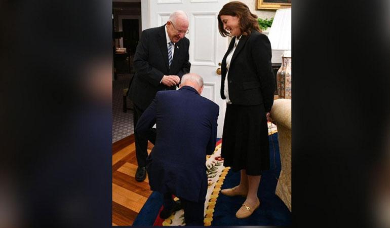 Joe Biden, İsrail Cumhurbaşkanı Rivlin'in özel kalem müdürünün önünde diz çöktü