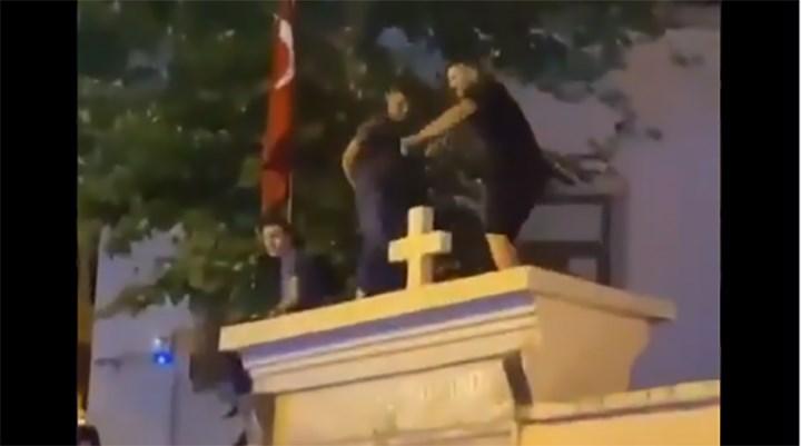 Kadıköy'de kilise kapısı üzerinde dans edenler gözaltına alındı