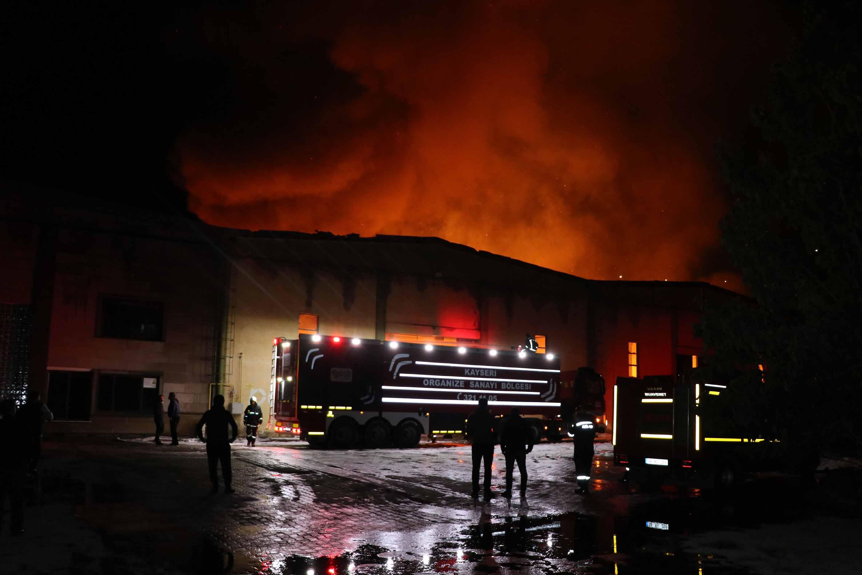 Kayseri'de kağıt fabrikasında yangın; alevler fabrikayı kapladı