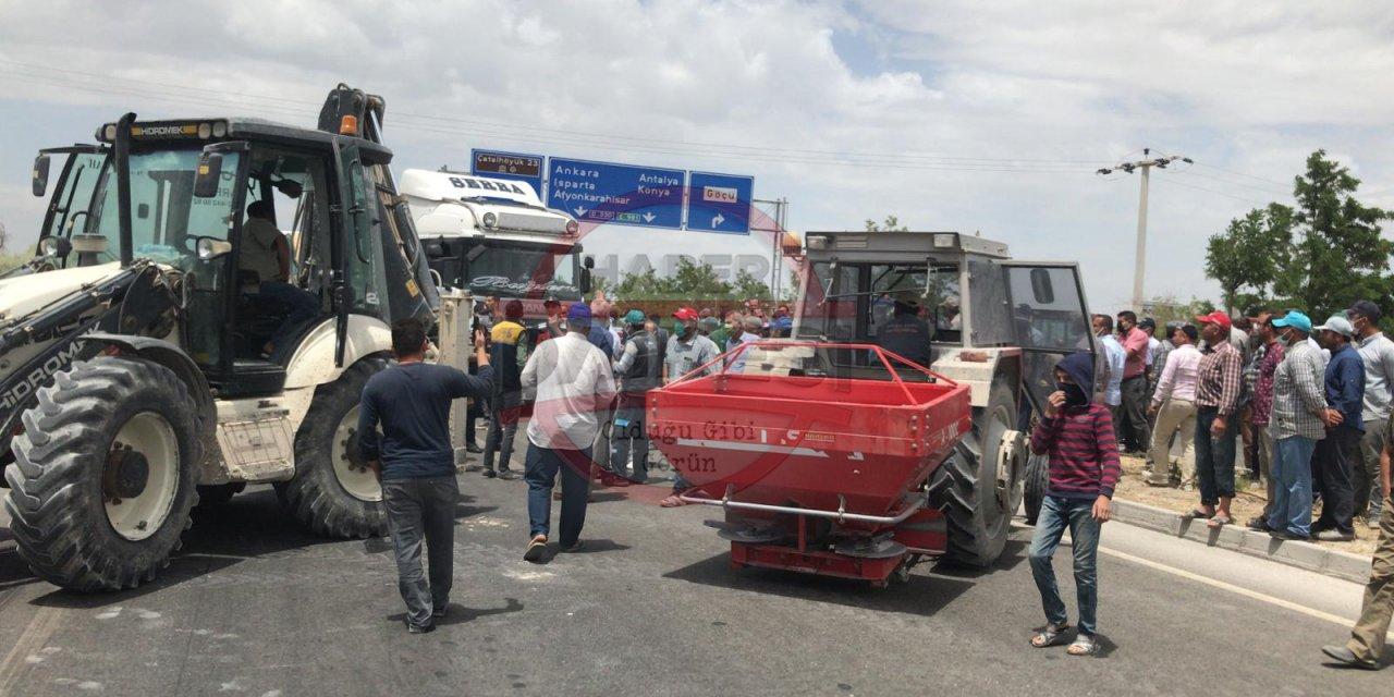 Konya'da çiftçiler yol kapattı