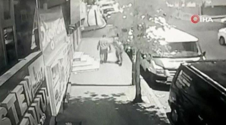 Küçükçekmece'de bir kişi yoldan geçenleri bıçakladı