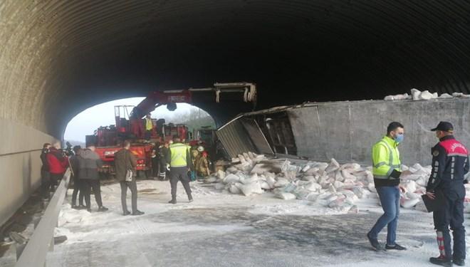 Kuzey Marmara Otoyolu'nda kireç yüklü TIR devrildi