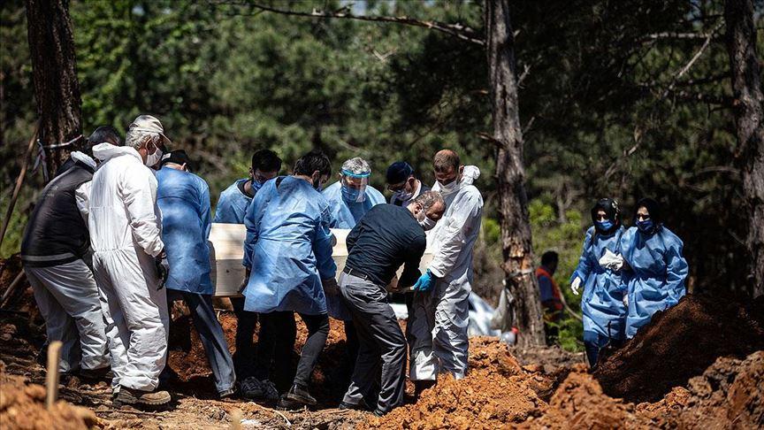 """Mezarlık görevlisi: """"Ülkede 18 ölüm açıklandığı gün burada 17 kişiyi defnettik"""""""