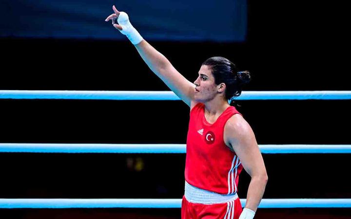 Milli boksör Busenaz Sürmeneli çeyrek finalde: Olimpiyatlarda maç kazanan ilk Türk kadın boksör