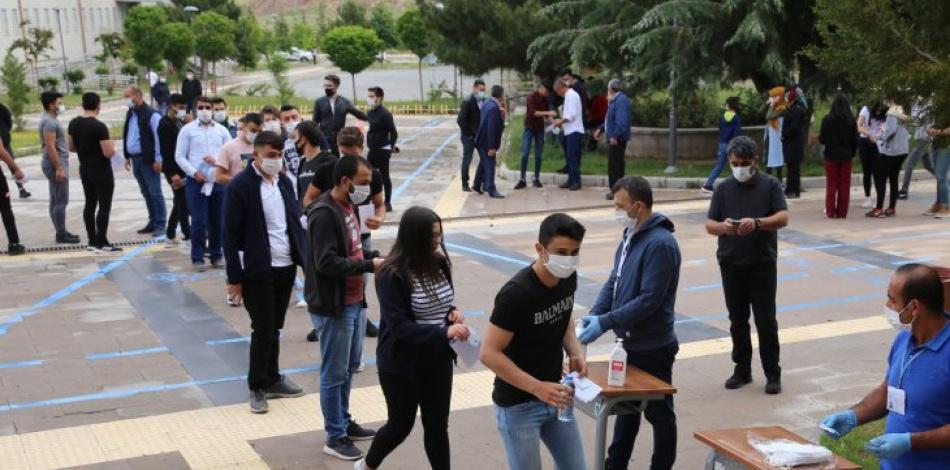 Sınavda fenalaşan öğrencinin Covid-19 testi pozitif çıktı, tüm öğrenciler karantinaya alındı!