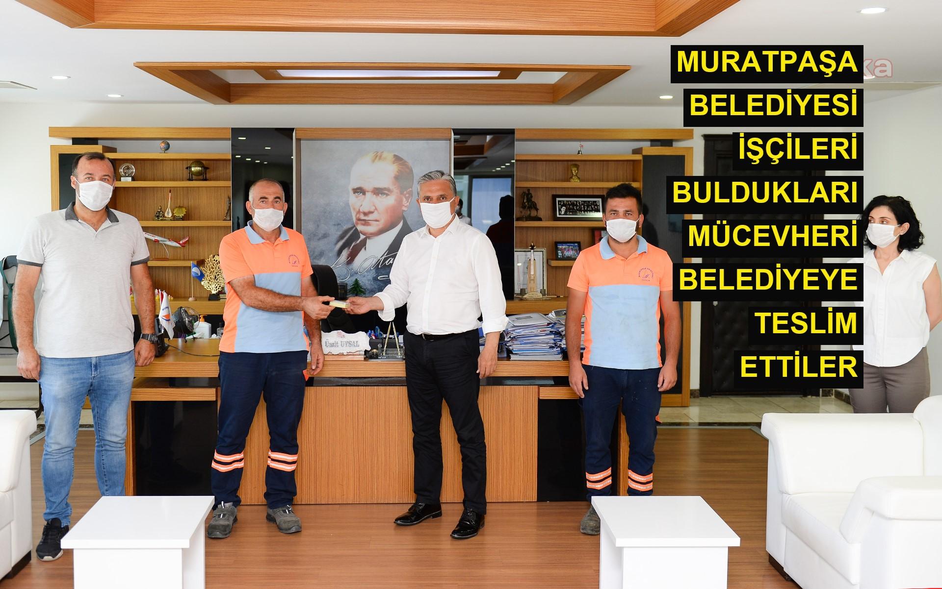 Muratpaşa Belediyesi işçileri buldukları mücevheri belediyeye teslim ettiler