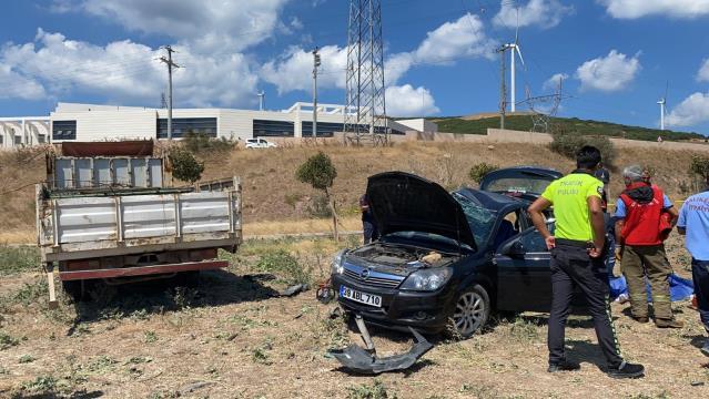 Otomobil ile kamyonet çarpıştı: 2 ölü, 4 yaralı
