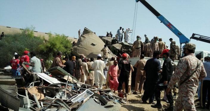 Pakistan'da tren kazası: En az 30 ölü