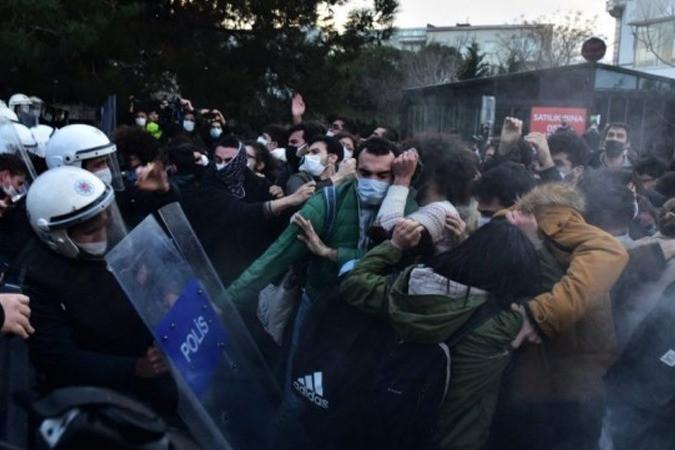 Protesto hakkını kullanan öğrenciler yurttan atıldı, bursları kesildi